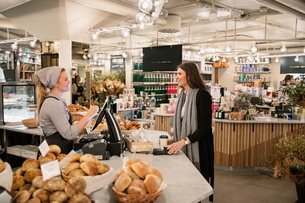Sweden, Woman shopping in bakeryの写真素材 [FYI02206376]