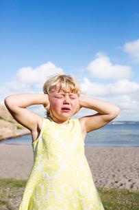 Sweden, Bohuslan, Lysekil, Girl (4-5) crying on beachの写真素材 [FYI02206378]