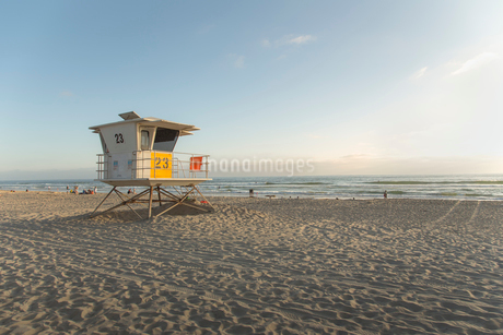 USA, California, San Diego, Lifeguard booth on beachの写真素材 [FYI02206381]