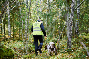 Sweden, Uppland, Rison, Volunteer with dog helping emergency services find missing peopleの写真素材 [FYI02206400]