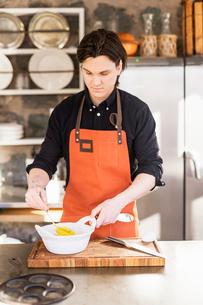 Sweden, Vastmanland, Man preparing foodの写真素材 [FYI02206427]