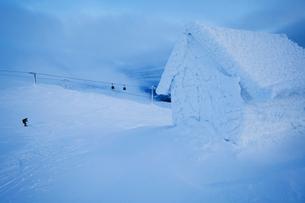 Sweden, Jamtland, Are, Areskutan, Small hut in snowの写真素材 [FYI02206428]