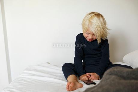 Sweden, Boy (2-3) looking at smart phoneの写真素材 [FYI02206464]