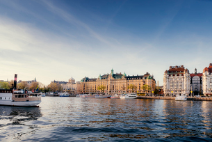 Sweden, Stockholm, Ostermalm, Nyrbroviken, Old town waterfront with boatsの写真素材 [FYI02206483]
