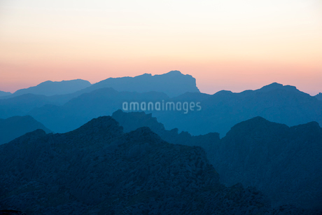 Spain, Mallorca, Sierra de Tramuntana, Mountain silhouettes at sunsetの写真素材 [FYI02206493]