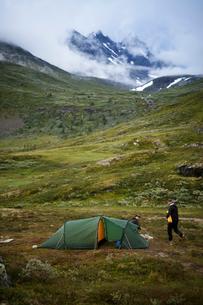 Norway, Men camping by Jotunheimen rangeの写真素材 [FYI02206508]