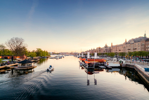 Sweden, Stockholm, Ostermalm, Strandvagen, Boats in old town harborの写真素材 [FYI02206539]
