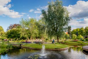 Sweden, Uppland, Uppsala, Stadsparken, Pond and fountain in parkの写真素材 [FYI02206542]