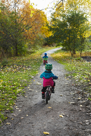 Sweden, Sodermanland, Johanneshov, Nytorps Garde, Boys (2-3, 4-5) cyclingの写真素材 [FYI02206544]