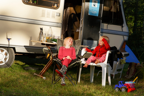 Sweden, Sodermanland, Trosa, Kids (2-3, 4-5) laughing in front of trailer homeの写真素材 [FYI02206557]