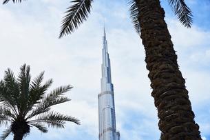 United Arab Emirates, Dubai, Burj Khalifa skyscraper against cloudy skyの写真素材 [FYI02206565]