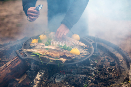 A man cooking on a campfireの写真素材 [FYI02206623]