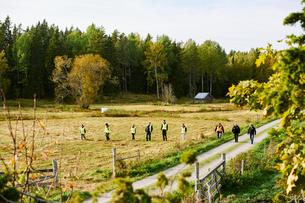 Sweden, Uppland, Rison, Volunteers helping emergency services find missing peopleの写真素材 [FYI02206626]