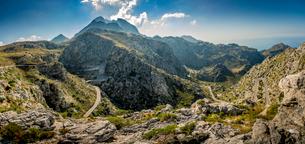 Spain, Mallorca, Font de sa Mata, Winding road in mountainsの写真素材 [FYI02206637]