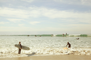 USA, California, Los Angeles, Venice, Surfers wading in seaの写真素材 [FYI02206720]