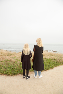USA, California, Pacific Grove, Mother and daughter (12-13) looking at seaの写真素材 [FYI02206747]