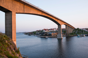 Sweden, Vastra Gotaland, Kungshamn, Bridge on west coast at sunsetの写真素材 [FYI02206785]