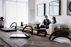 Germany, Couple sitting on sofa in living roomの写真素材 [FYI02206792]