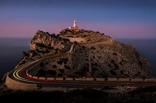 Spain, Mallorca, Cap Formentor, Lighthouse on edge of cliffの写真素材 [FYI02206832]