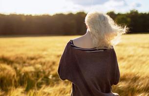 Denmark, Mon, Teenage girl (16-17) standing in barley fieldの写真素材 [FYI02206845]