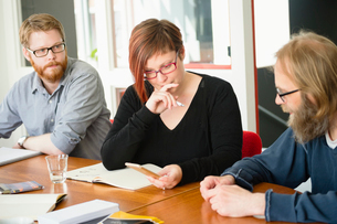 Sweden, People sharing ideas during work meetingの写真素材 [FYI02206853]