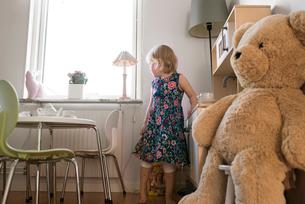 Sweden, Girl (2-3) looking through windowの写真素材 [FYI02206919]