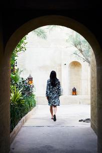 United Arab Emirates, Dubai, Woman on walkway seen from archの写真素材 [FYI02206961]