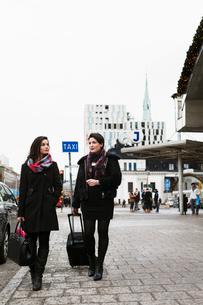 Sweden, Stockholm, Women walking on pavementの写真素材 [FYI02207006]