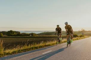 Two men cyclingの写真素材 [FYI02207014]