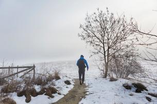 A man walking on a snowy trailの写真素材 [FYI02207029]