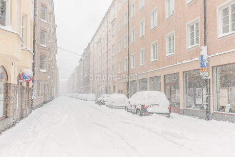 A snow covered street in Swedenの写真素材 [FYI02207032]
