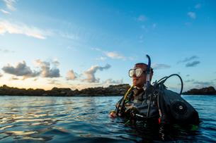 A man SCUBA divingの写真素材 [FYI02207092]