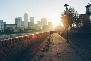 UK, England, London, Promenade on shore of River Thames in Rotherhitheの写真素材 [FYI02207107]