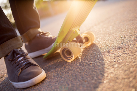 Sweden, Feet of man with skateboardの写真素材 [FYI02207139]