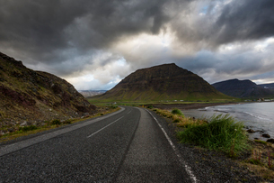 A rural road in Icelandの写真素材 [FYI02207152]