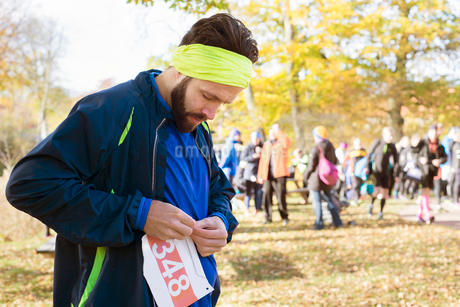 Sweden, Man wearing sports clothing preparing to raceの写真素材 [FYI02207153]