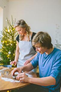 Finland, Couple preparing christmas cookiesの写真素材 [FYI02207154]
