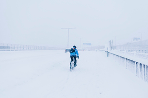 Man cycling in snow in Sodermalmの写真素材 [FYI02207156]
