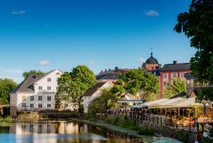 Sweden, Uppland, Uppsala, Fyris, Houses and cafe by pondの写真素材 [FYI02207196]