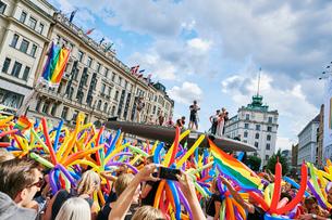 Sweden, Uppland, Stockholm, Ostermalm, Stureplan, Crowd at gay pride paradeの写真素材 [FYI02207219]