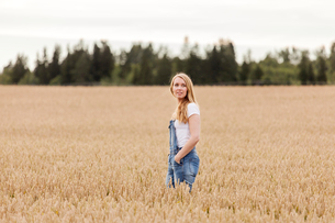 Finland, Uusimaa, Siuntio, Blonde woman standing in wheat fieldの写真素材 [FYI02207240]