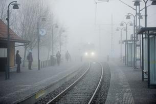 Sweden, Uppland, Lidingo, Train in fog entering stationの写真素材 [FYI02207257]