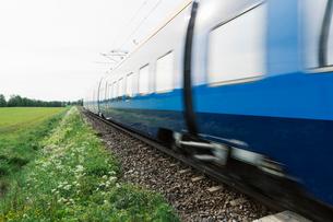 Train by a fieldの写真素材 [FYI02207271]