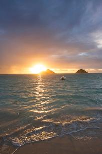 USA, Hawaii, Oahu, Boat at sea at sunsetの写真素材 [FYI02207278]