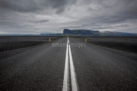 A rural road in Icelandの写真素材 [FYI02207289]