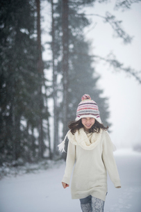 Sweden, Vastmanland, Bergslagen, Girl (8-9) in winter forestの写真素材 [FYI02207301]