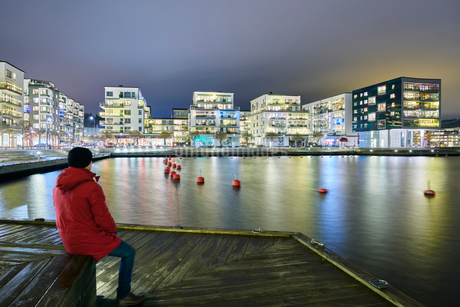 Man sitting at waterfront in Stockholm, Swedenの写真素材 [FYI02207309]