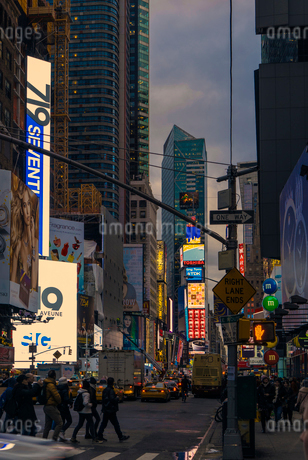 Street at dusk in New York Cityの写真素材 [FYI02207323]