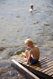 Finland, Savonlinna, Pihlajavesi, Two boys (6-7, 7-8) playing in lakeの写真素材 [FYI02207325]