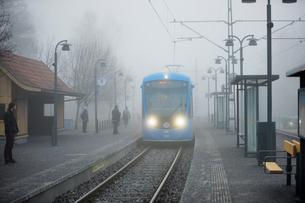 Sweden, Uppland, Lidingo, Train in fog entering stationの写真素材 [FYI02207348]